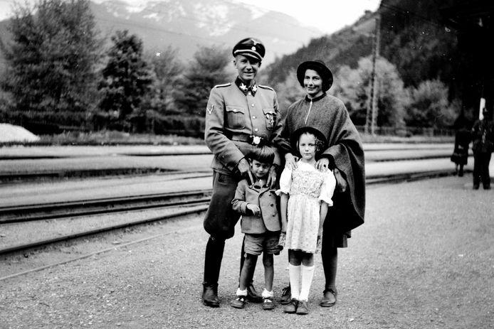 Otto en Charlotte Wächter in 1944 met hun kinderen Horst en Traute in Zell am See.