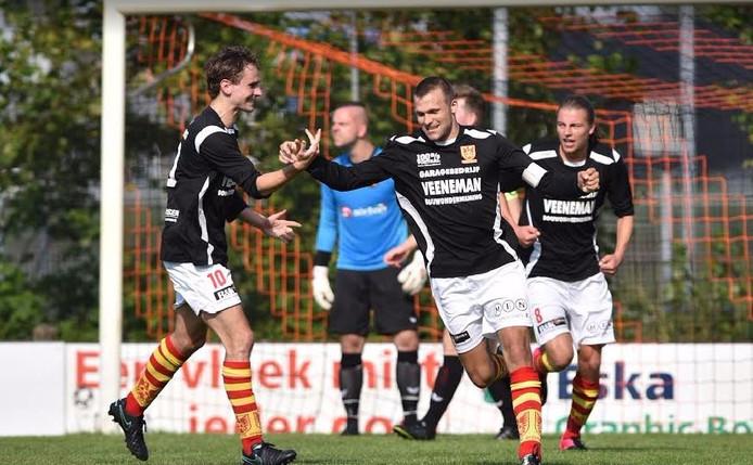 Een juichende aanvoerder Maarten Boeve die twee keer scoorde. Steven van Es (links) feliciteert hem met een van zijn treffers. Foto: Wout van Zoeren
