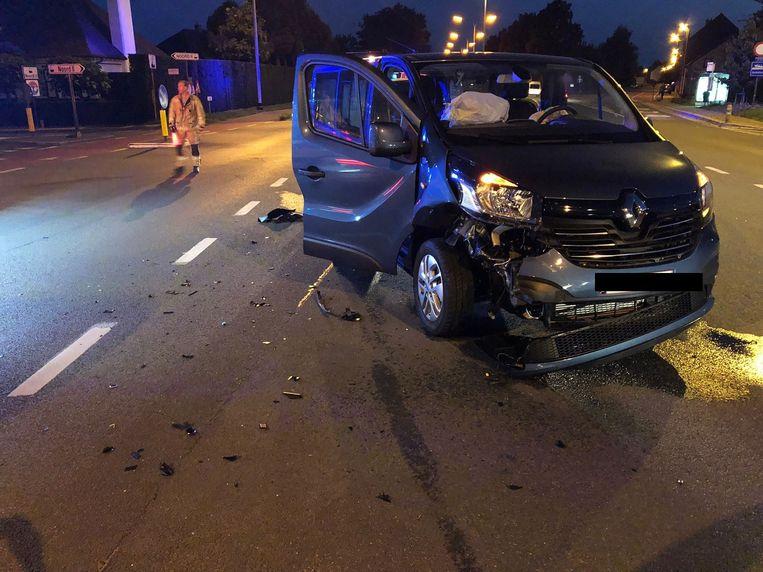 De Renault raakte zwaar beschadigd na de aanrijding. De passagier in het voertuig raakte gewond.