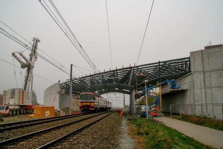 De bouw van de spoorbrug in 2011: alleen al daardoor lijkt een derde spoor tussen Sint-Niklaas en Lokeren onmogelijk.