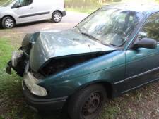 Auto knalt tegen boom in Hellendoorn, bestuurder spoorloos