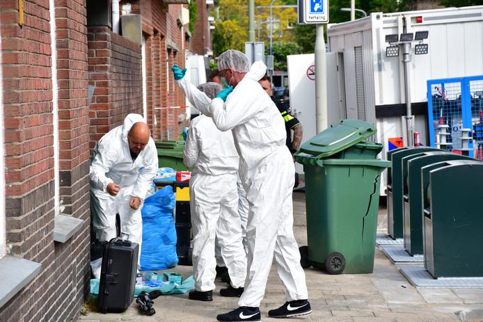 Forensische onderzoekers bij woning Frambozenstraat in Den Haag