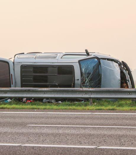 Mannen klappen met busje op de A6 over de vangrail en vluchten gewond de struiken in