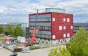 De onderdelen voor de productielijn worden het gebouw van BioConnection binnengebracht.