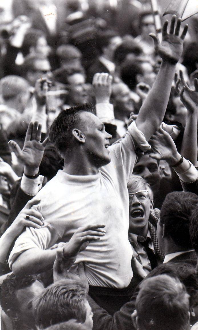 Peter van de Merwe gaat op de schouders na de gewonnen promotiewedstrijd tegen Alkmaar: 0-3 in 1966.