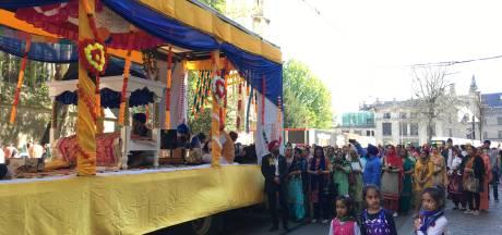 Sikhs trakteren onder de stadshal