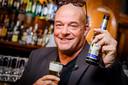 Mark van Dale met alcoholvrij bier in Sunset Café in Rotterdam.