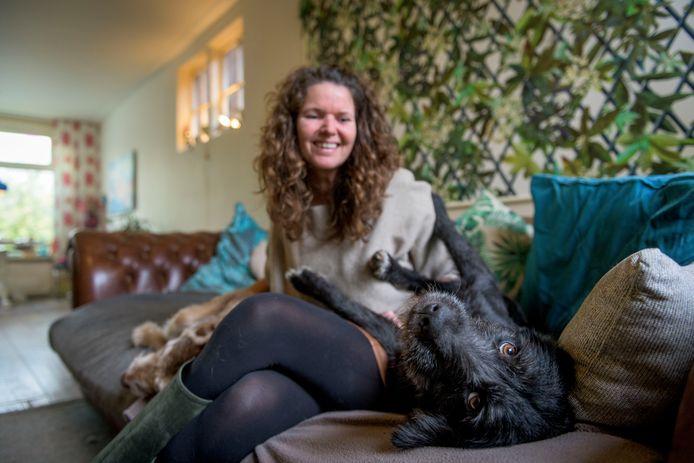 Hond Tara (voorgrond) van de Enschedese Heleen Westendorp kwam deze week in aanraking met een oud nest van een processierups, met alle ellende van dien. Tara moest aan het infuus en prednison, maar nu gaat het weer goed.