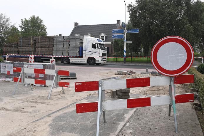 Ook zware vrachtwagens rijden soms ondanks inrijverboden de Millseweg (N602) in Wanroij op.
