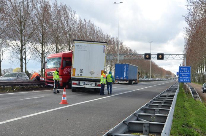 Een vrachtwagen blokkeert de A20 bij Gouda.