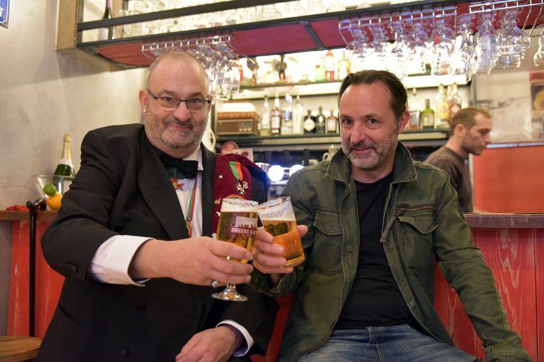 Cafe Dolle Mol terug open in de Spoormakersstraat Marc Gemoets met Thierry Maes bezoeker van het café