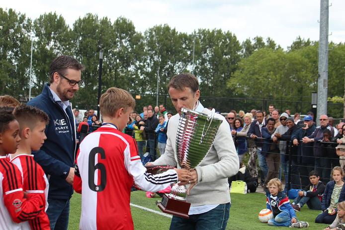Phil Neville, oud-prof van Manchester United overhandigt de beker op het internationale jeugdtoernooi van CVV Zwervers in Capelle aan den IJssel, 2017.