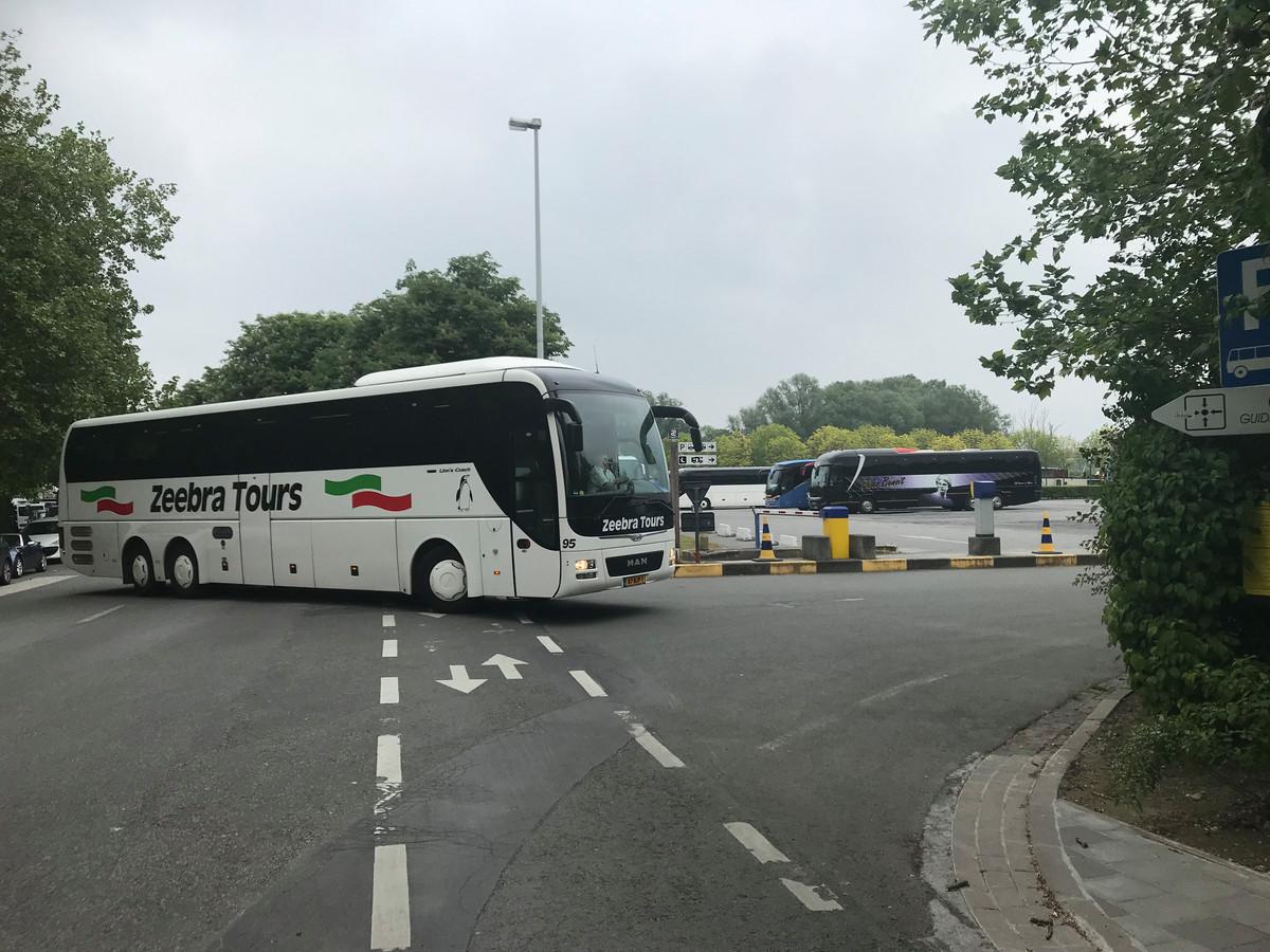 Het ongeval gebeurde langs de Bargeweg, waar autocars afslaan richting parking