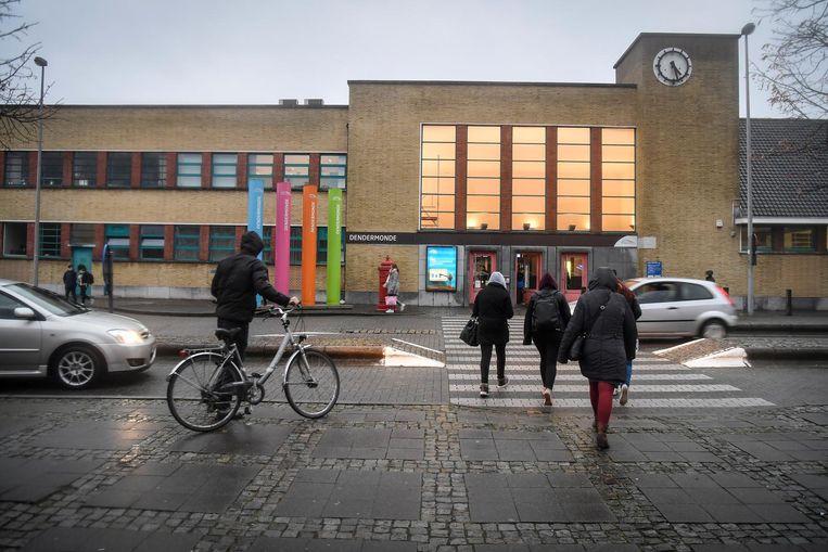 Het stationsgebouw in Dendermonde. De plannen over de toekomst van de stationsomgeving veroorzaken wrevel tussen meerderheidspartijen CD&V en Sp.a.