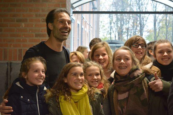 Q-dj Sean Dhondt bracht vorig jaar een bezoekje aan het college in het kader van Rode Neuzen Dag.