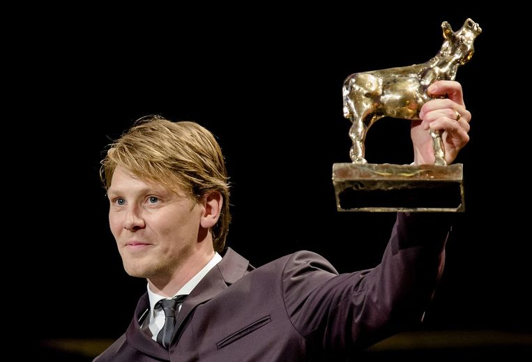 Winnaar Beste Acteur Gijs Naber met een Gouden Kalf voor zijn rol in Aanmodderfakker. Beeld null