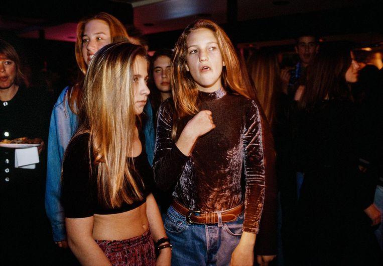 Rechts: Kate Hudson (12), dochter van actrice Goldie Hawn, in de Whiskey a Go Go-nachtclub in Hollywood, 1992. Beeld Lauren Greenfield/INSTITUTE