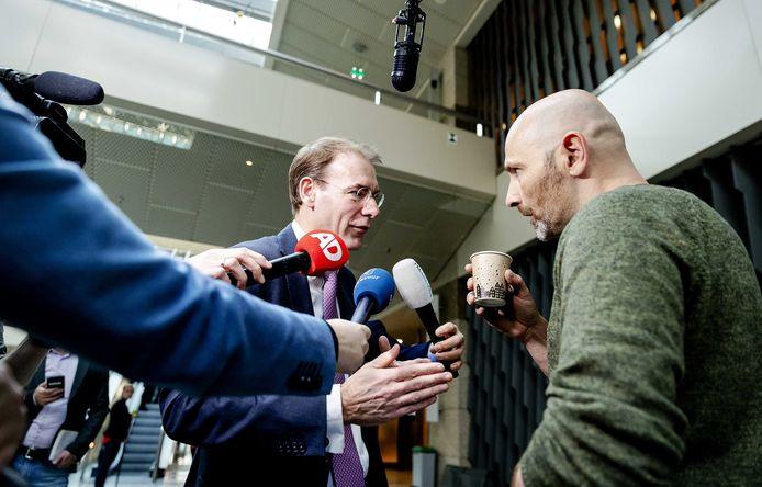 """Staatssecretaris Menno Snel van Financiën ging rond het debat van vorige week in gesprek met gedupeerde vader Roger. Hij riep tijdens het debat vanaf de publieke tribune :,,Mijn hele leven is naar de klote."""""""