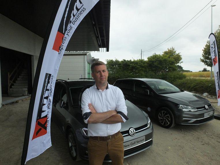 Pieter Denys bij de Volkswagens die hij geeft aan zijn goede vrachtwagenchauffeurs.