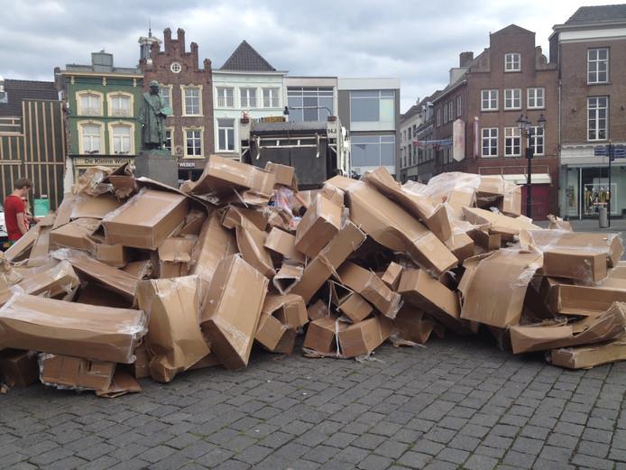 Van de nagebouwde middentoren was zondagmiddag niet meer over dan een hoopje kartonnen dozen.