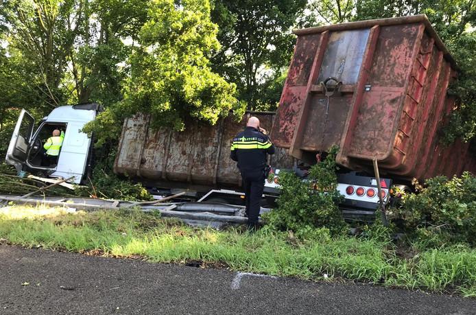 De vrachtwagen die maandag bij Zevenaar in de berm langs de andere weghelft van de A12 terecht kwam.