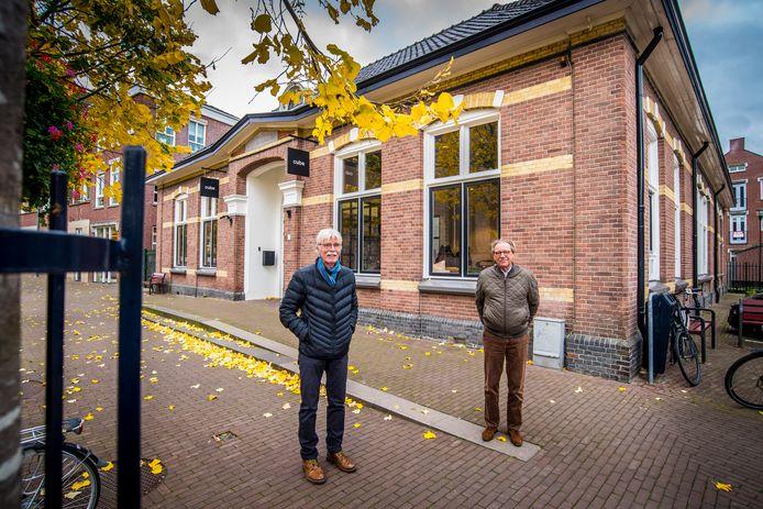 Simon Schutte (links) en Fons ter Keurs voor het oude VVV-pand.