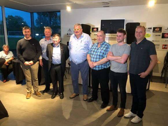 Schepenen Wim Van Rossen en Hugo Maes, burgemeester Luc De Ryck, voorzitter Raoul Van Raemdonck, Alain Vereecke, Bart Claus en sportraadvoorzitter Bert Rooman.
