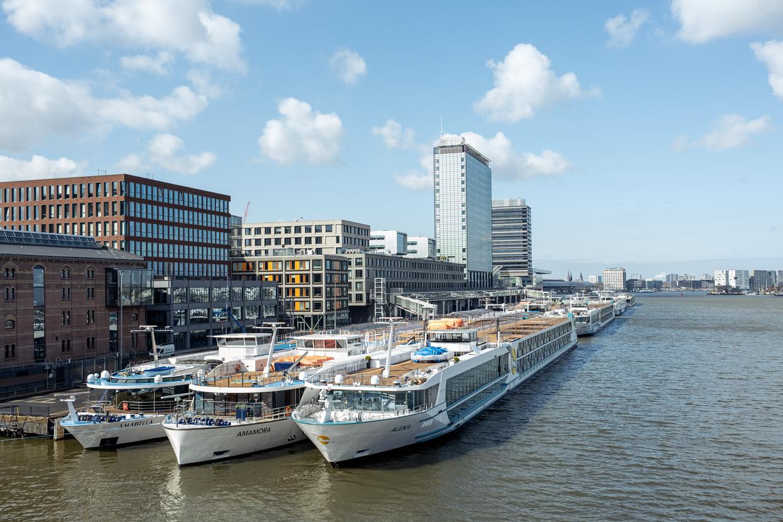 Dertien cruiseschepen liggen bij de Passengers Terminal te wachten tot ze weer mogen varen.