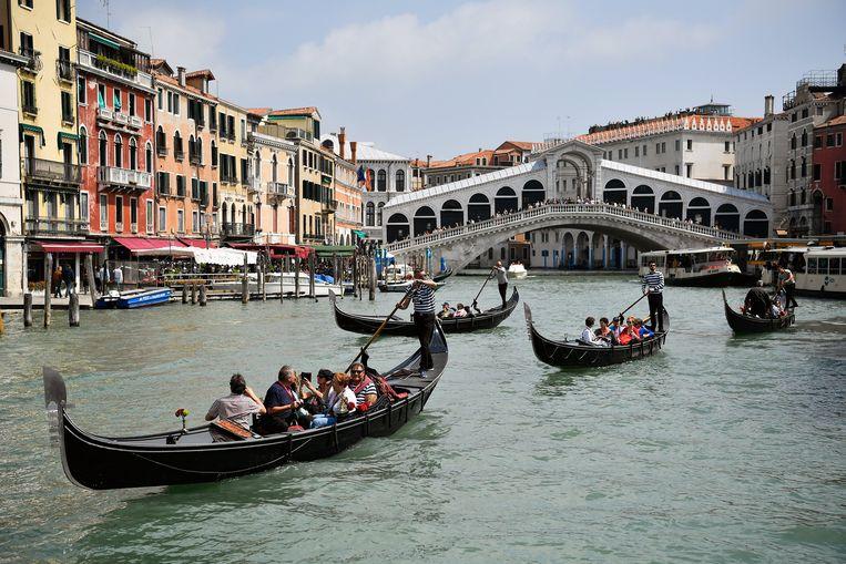 Toeristen in Venetië tijdens de afgelopen editie van de Biënnale, in 2017. Beeld EPA