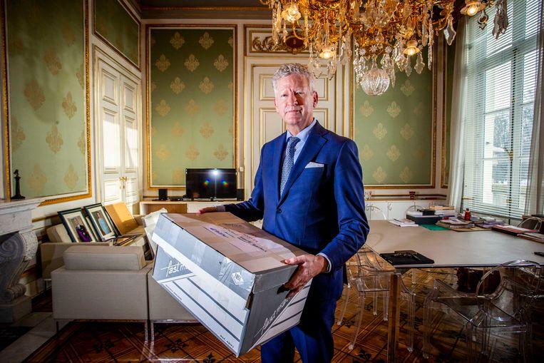 Pieter De Crem is met verhuisdozen in de weer. Tot er een nieuwe regering is, opereert hij vanuit de statige Wetstraat 2. De portretten van koning Filip en koningin Mathilde wachten op een plekje aan de muur - dat was hen onder de vorige minister van Binnenlandse Zaken, Jan Jambon (N-VA), niet gegund.