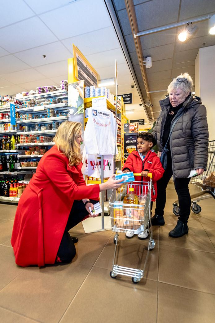 Jumbo en Welzijn Capelle houden samen met wethouder Harriët Westerdijk een inzamelingsactie voor de voedselbank. De voedselbank heeft het moeilijk vanwege het coronavirus en dus roept de wethouder op om geld te doneren.