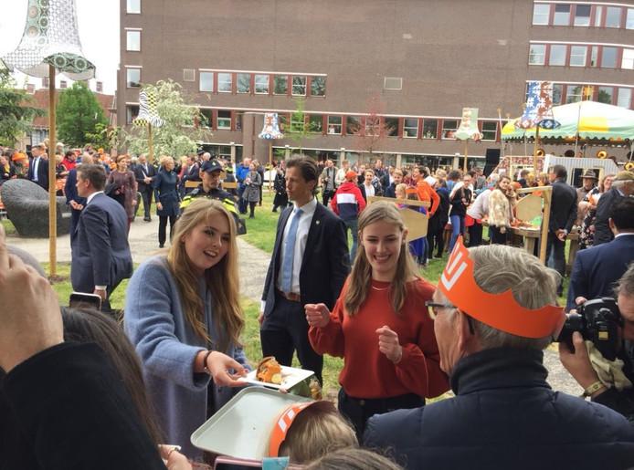 Prinses Amalia deelde de taart van HHB-winnares Anna Yilmaz uit Amersfoort uit aan het publiek.