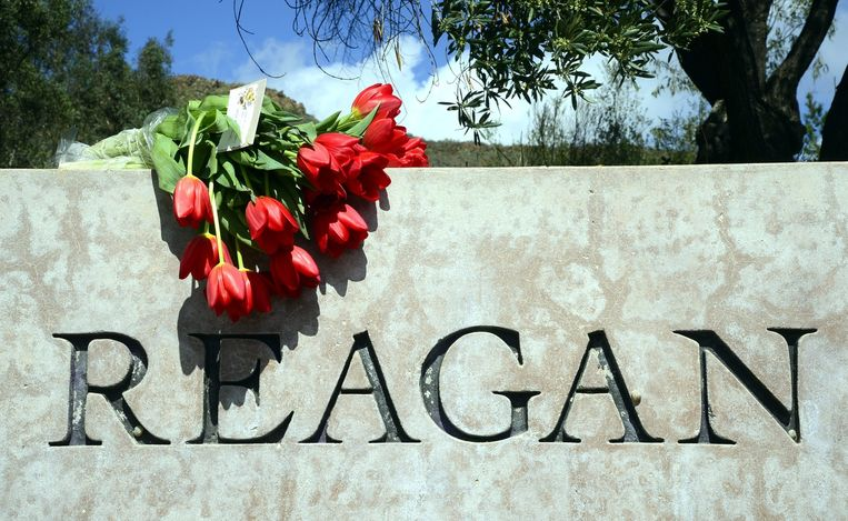 Mensen getuigen hun respect voor voormalig First Lady Nancy Reagan. Beeld anp