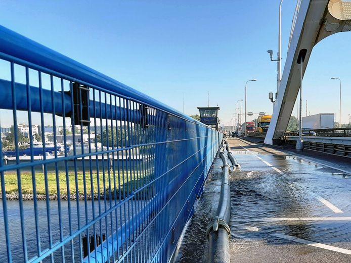 De Merwedebrug bij Gorinchem wordt gekoeld met water uit de rivier.
