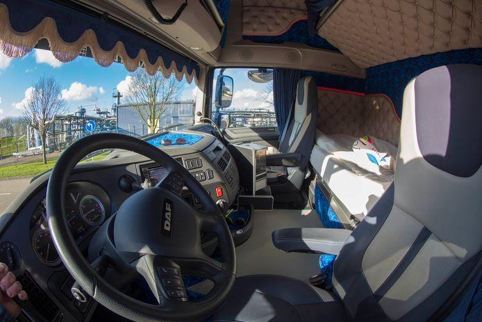 Een cabine van de vrachtwagen van een beroepschauffeur