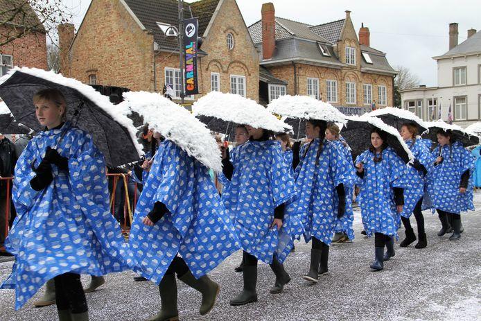 De Tippers van de Chiromeisjes waren er met Singing in the Rain, gelukkig bleef de regen achterwege