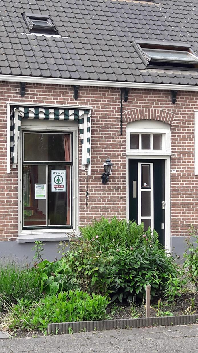 Door een pamflet met de tekst 'Trots op Spar Sturm' op het raam te plakken, maken inwoners van Colijnsplaat kans op een appeltaart.