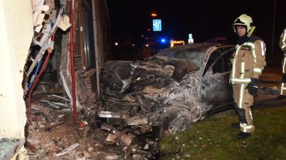 """18-jarige heeft nog maar 2 weken rijbewijs en boort zich in twee huizen: """"Even papa's Mercedes geleend"""""""