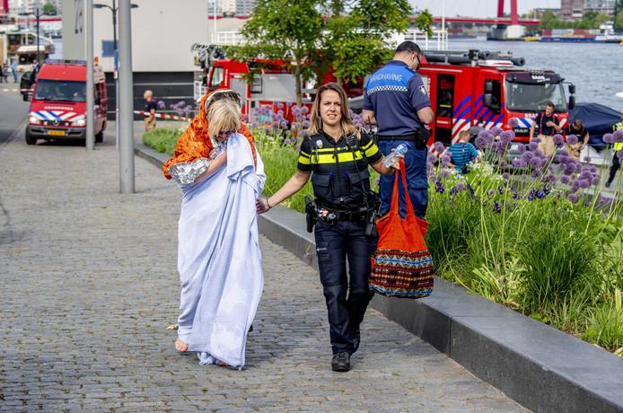De politie onfermt zich over de opvarenden.