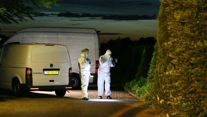 Politie doet onderzoek op de parkeerplaats waar de 28-jarige vrouw uit Oss is beschoten.