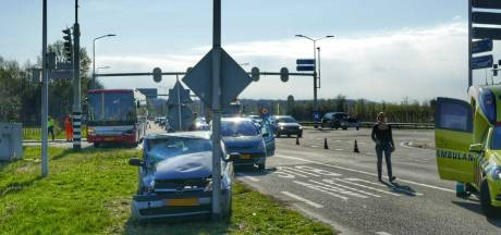Automobilist crasht met bus op N237 bij De Bilt