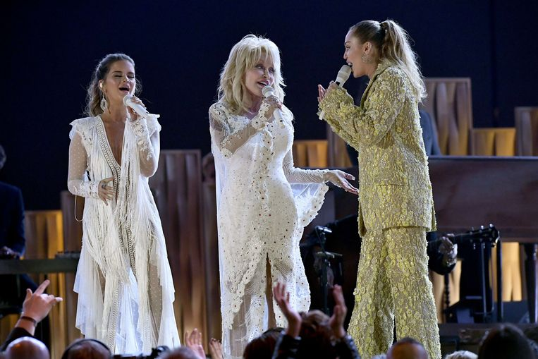 Maren Morris, Dolly Parton en Miley Cyrus tijdens de Grammy's