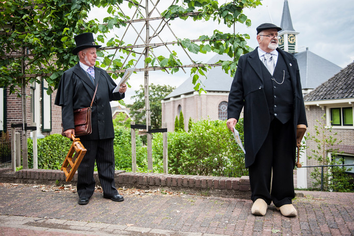 Dorpsomroepers in Hardinxveld-Giessendam in het kader van het Hagi-festival.