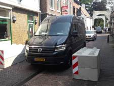 'Betonblokken maken Brugstraat in Breukelen nog chaotischer'