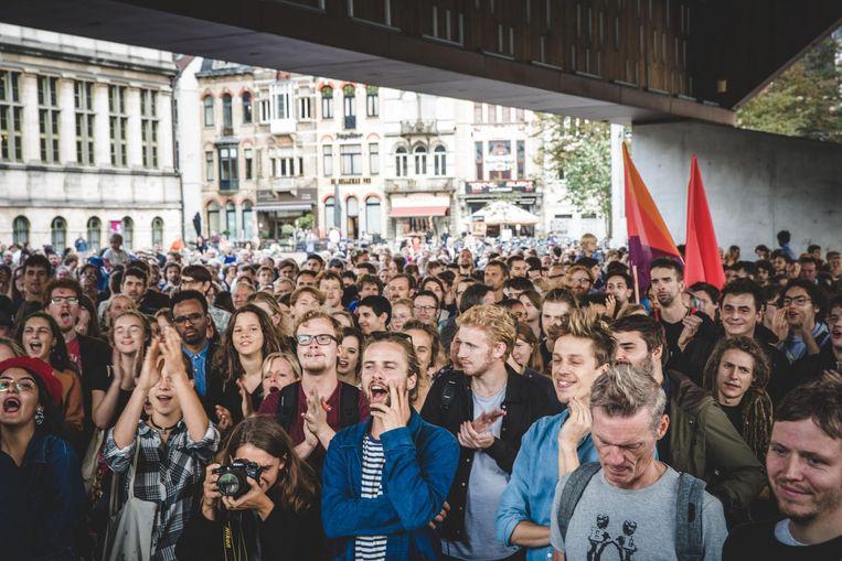 De betogers kwamen samen onder de stadshal.