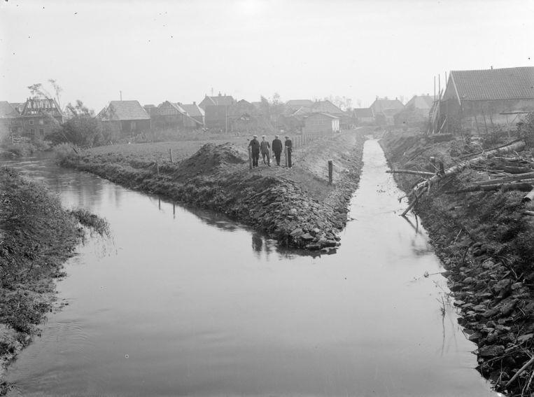 De vooruitgang rukt op: een gekanaliseerd riviertje (ongedateerd). Beeld Nationaal Archief