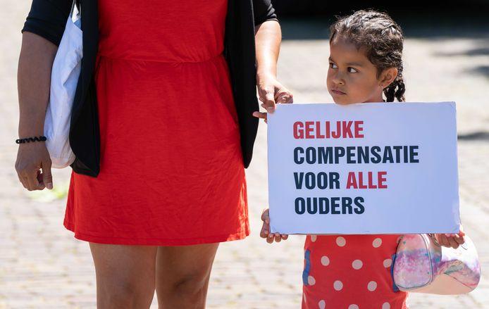 Gedupeerde ouders van de toeslagenaffaire voeren actie op het Plein tijdens het Tweede Kamerdebat over het stopzetten van de kinderopvangtoeslag.