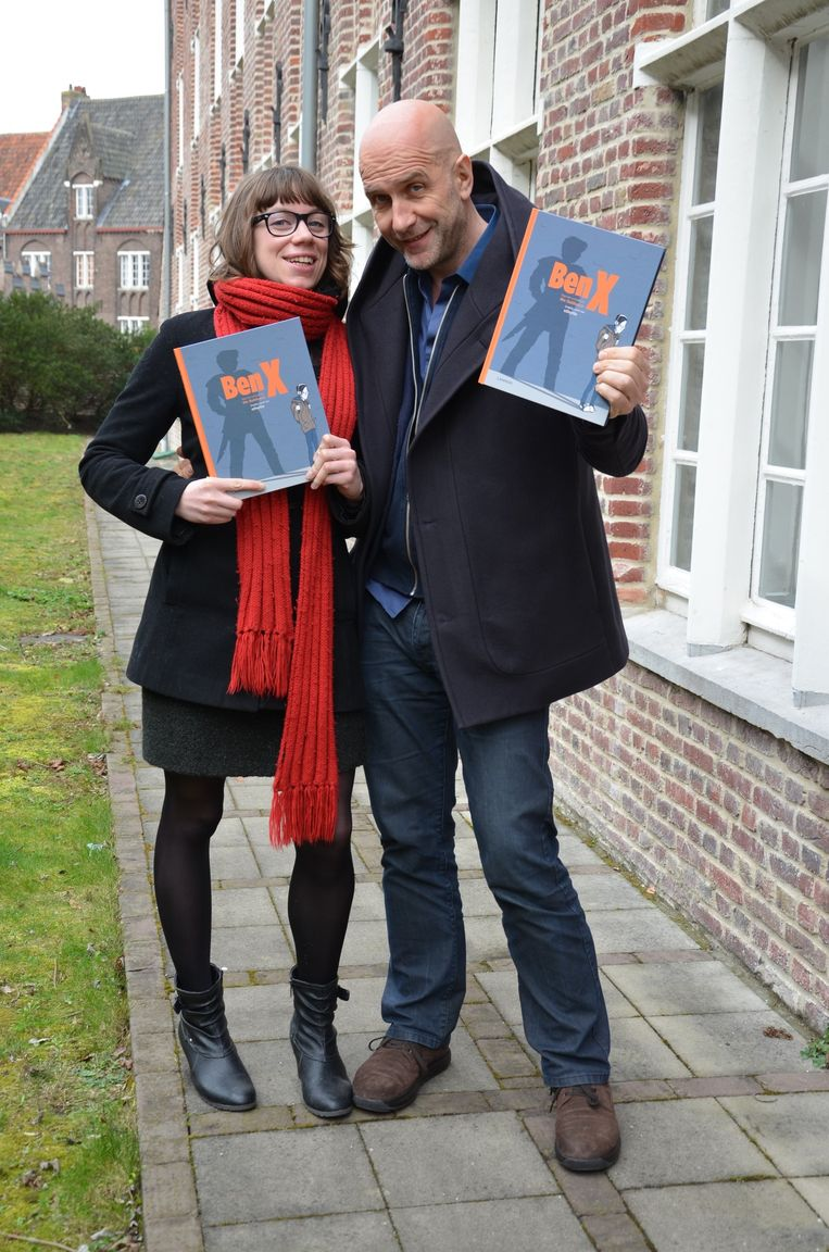 Veerle Colle en Nick Balthazar met de graphic novel van Ben X in de hand.
