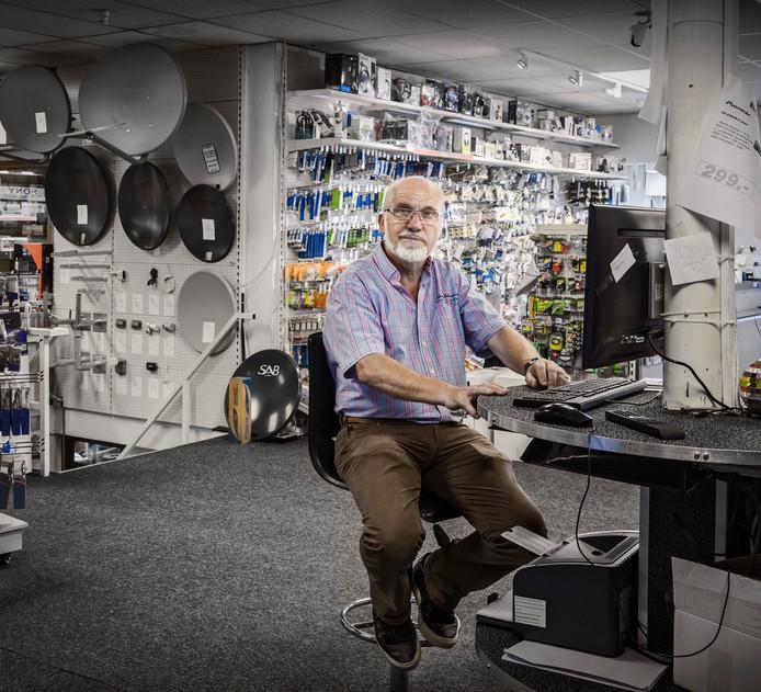 Theo van Gammeren in Elgam. Electronicazaak aan de Ginnekenweg. Elk probleem kon er worden opgelost. Elgam sloot in april 2017
