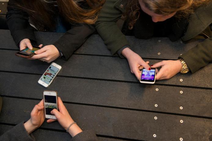 Meiden zijn actiever op sociale media dan jongens en dat leidt ertoe dat er meer digitaal wordt gepest.